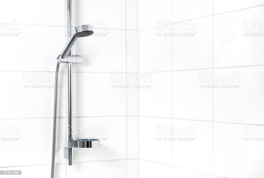 Moderna ducha con azulejos de la pared blanca. Simple con estilo escandinavo hogar diseño de interiores. - foto de stock