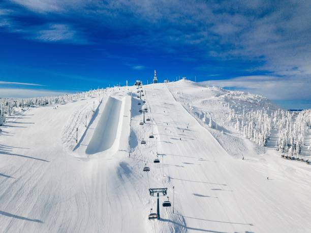 moderne ski-stoeltjeslift in finland-lapland-skigebied. luchtfoto van bovenaf. - skipiste stockfoto's en -beelden