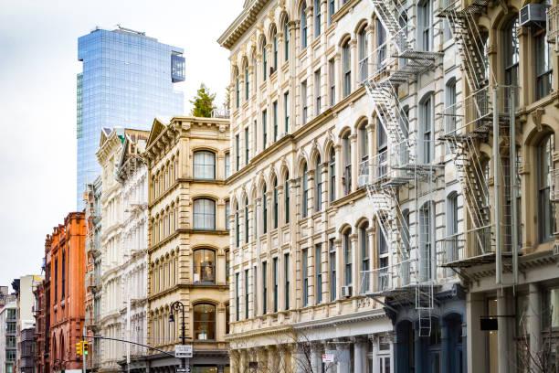 Moderne Wolkenkratzer erhebt sich über die alten Gebäude von SoHo, New York City – Foto