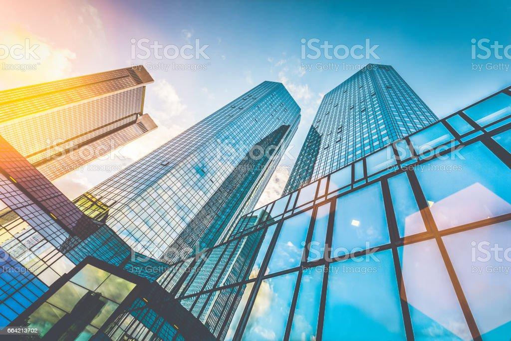 Moderne wolkenkrabbers in de zakenwijk bij zonsondergang met lens flare ingang foto