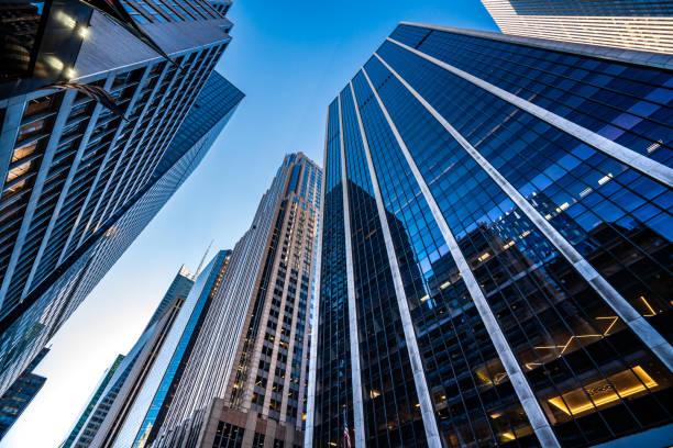 arranha-céus modernos em midtown manhattan - arranha céu - fotografias e filmes do acervo