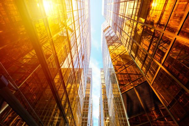Moderne Wolkenkratzer mit Perspektive gedreht – Foto