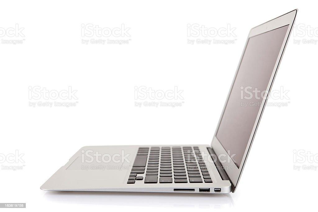 Coupe près du corps moderne ordinateur portable isolé sur blanc - Photo