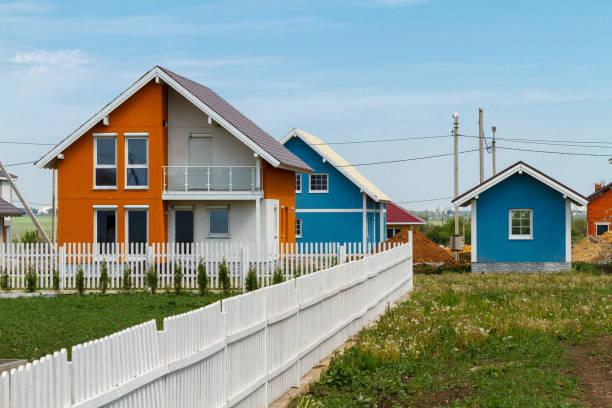 moderne kleine farbige Häuser auf dem Land gebaut. – Foto