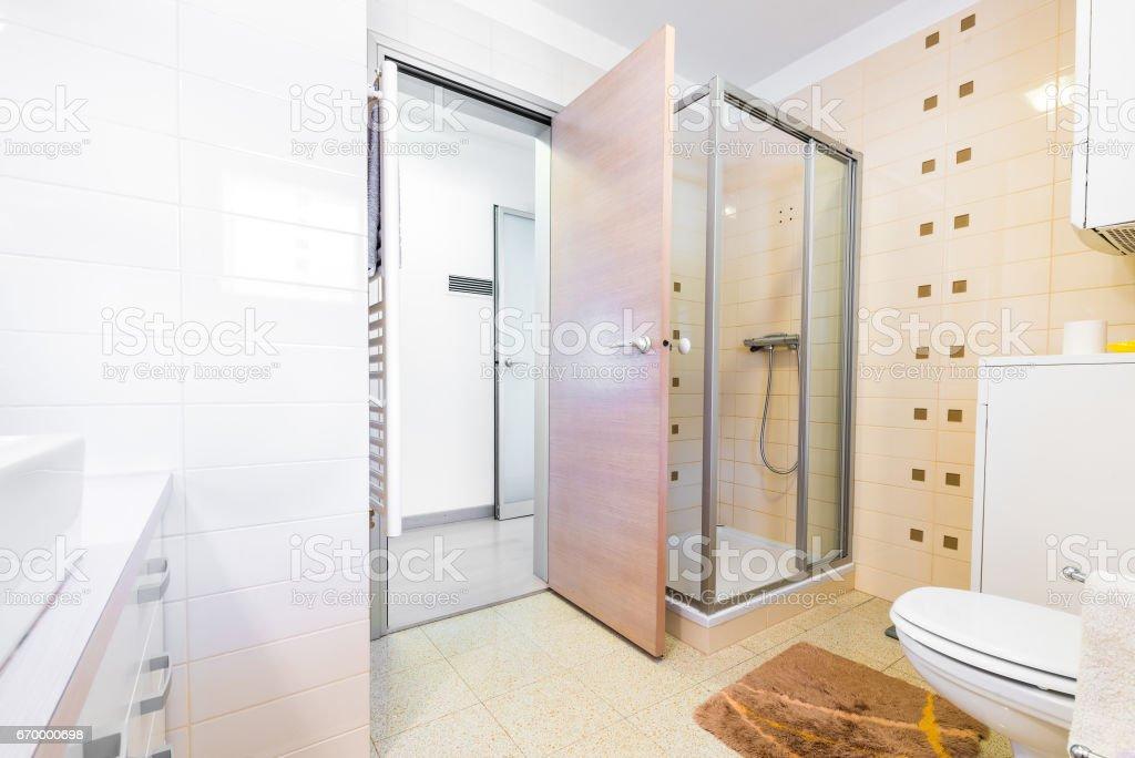 Modernes Kleines Hotel Bad Mit Dusche Waschbecken Und ...