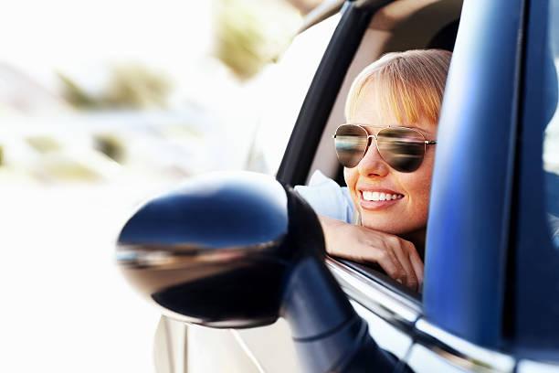 Moderne Lächeln weiblich Genießen Sie ein Auto – Foto