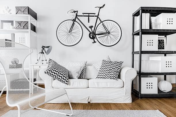 Espacio moderno y bicicleta - foto de stock