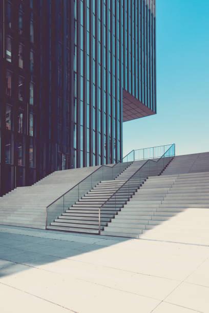 moderne treppe in urbanen umfeld, medien hafen düsseldorf, deutschland - fensterfront stock-fotos und bilder