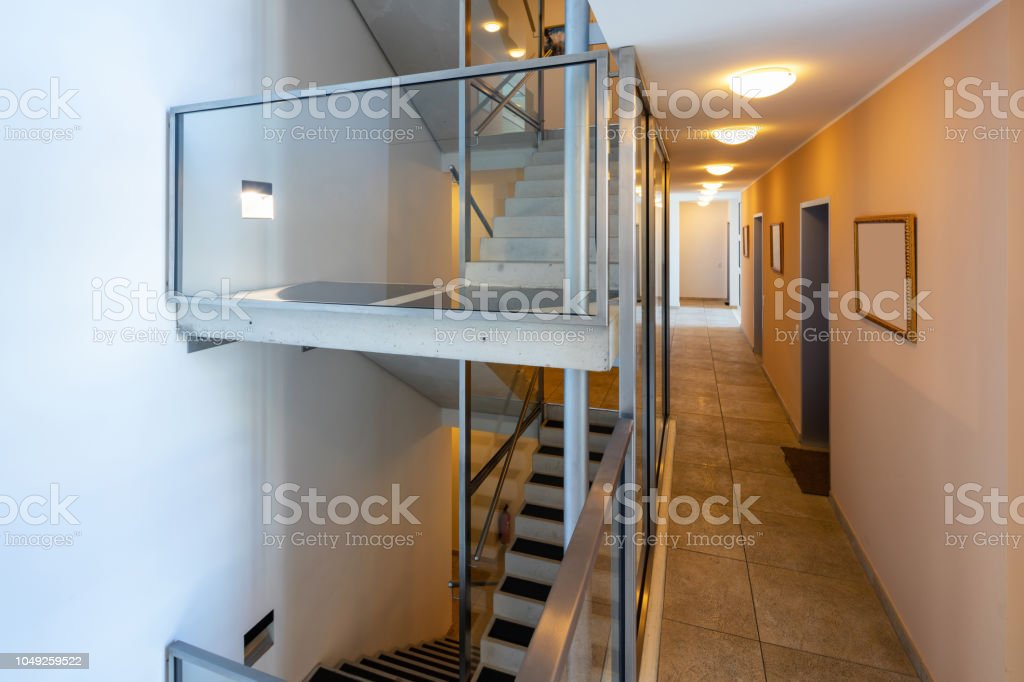 Photo libre de droit de Escalier Moderne Avec Verre Parapet ...