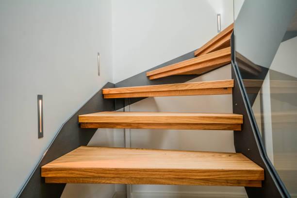 Edifício moderna aço escadaria com degraus de madeira em um apartamento novo no residencial - foto de acervo