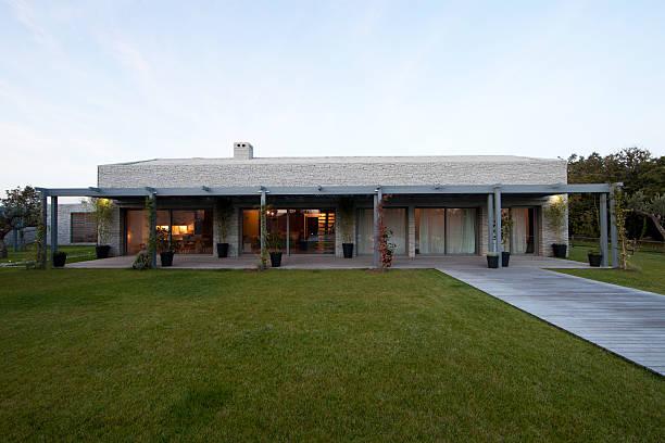 moderne stone house in istrien kroatien - ferienwohnung kroatien privat stock-fotos und bilder