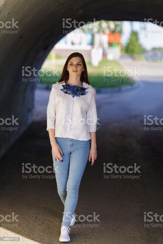 e6ca83d38166b6 Moderna ropa de calle hecha por manos propias - contamina chica hermosa  elegante en una chaqueta