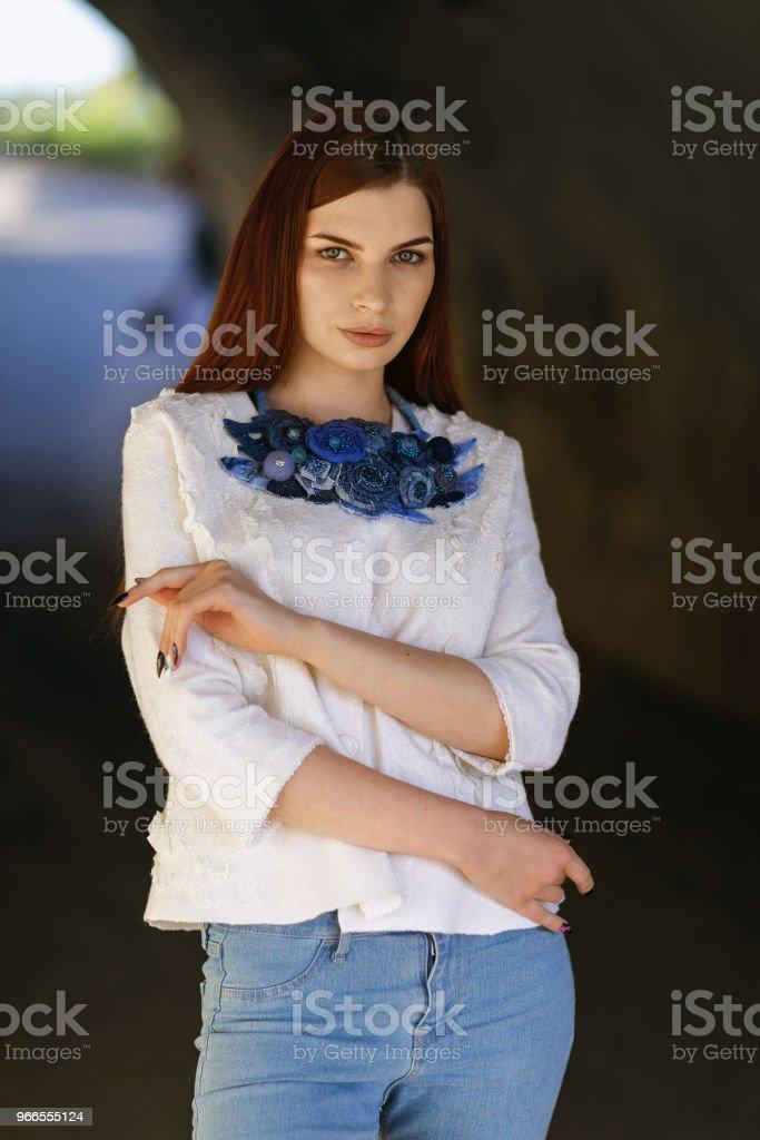aef2502ef Moderna ropa de calle hecha por manos propias - chica hermosa elegante en  una chaqueta blanca