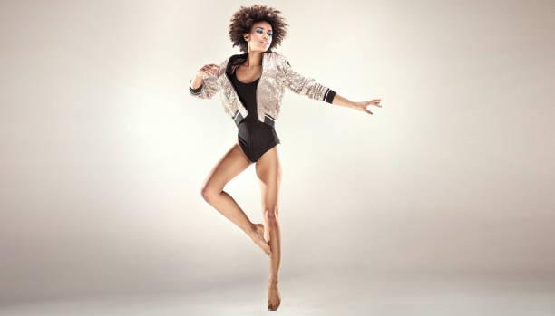modernen stil tänzerin im studio. - tanz make up stock-fotos und bilder