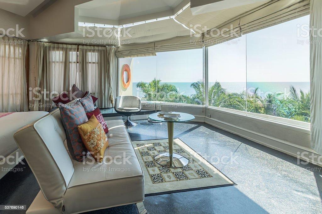 Modernen Stil Wohnzimmer mit Blick aufs Meer – Foto