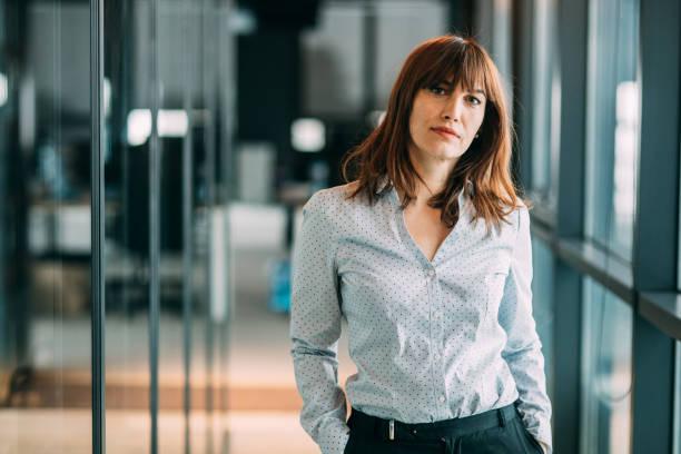 femme d'affaires moderne - directrice photos et images de collection