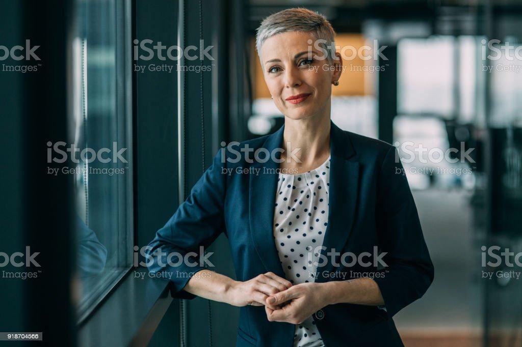 Moderne erfolgreiche Geschäftsfrau – Foto
