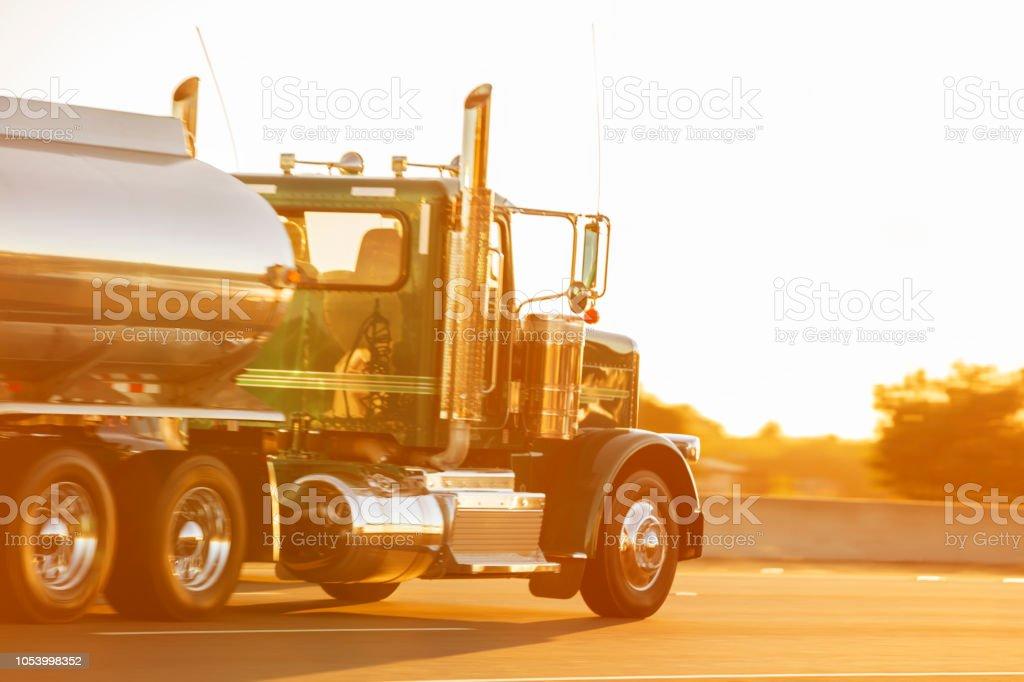 Modernen Tankwagen, die Beschleunigung auf der Autobahn im Abendlicht, Nevada, USA – Foto