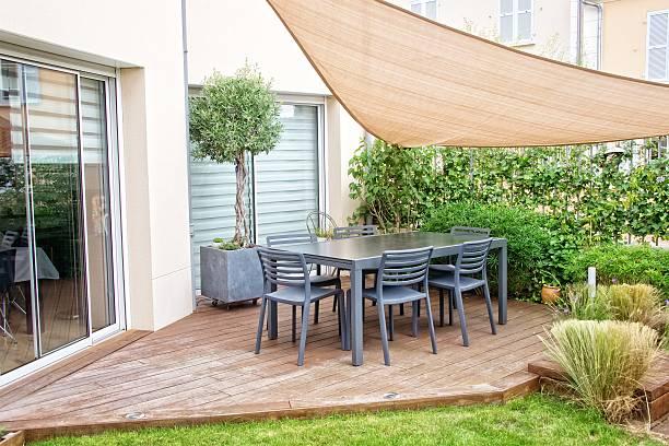 moderne terrasse mit esstisch und stühlen - sonnenschirm terrasse stock-fotos und bilder