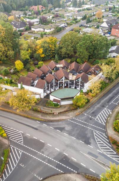 modernes reihenhaus mit zentralen vorplatz in einem vorort von deutschland, mit einer kreuzung im vordergrund, luftaufnahme mit drohne - demographie deutschland stock-fotos und bilder