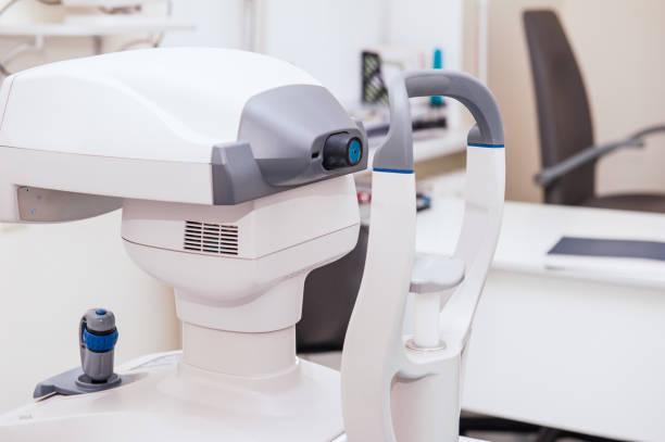 眼科医のオフィスでモダンな眼圧計。光学医療機器のコンセプトです。セレクティブ フォーカス クローズ アップ - 検眼医 ストックフォトと画像