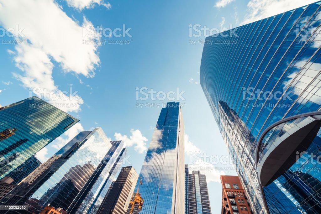 Chicago, ABD 'de güneşli bir gün bulut ile finans bölgesinde modern kule binalar veya gökdelenler. İnşaat endüstrisi, iş kuruluşu organizasyonu veya iletişim teknolojisi konsepti - Royalty-free ABD Stok görsel