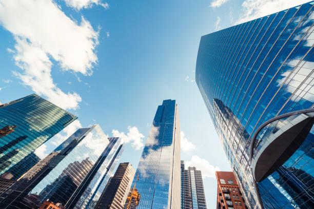 edifícios ou arranha-céus modernos da torre no distrito financeiro com nuvem no dia ensolarado em chicago, eua. indústria da construção, organização da empresa empresarial, ou conceito da tecnologia de comunicação - arranha céu - fotografias e filmes do acervo