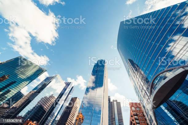 현대 타워 건물 또는 미국 시카고에서 화창한 날에 구름과 금융 지구에 고층 빌딩 건설 산업 비즈니스 기업 조직 또는 통신 기술 개념 0명에 대한 스톡 사진 및 기타 이미지