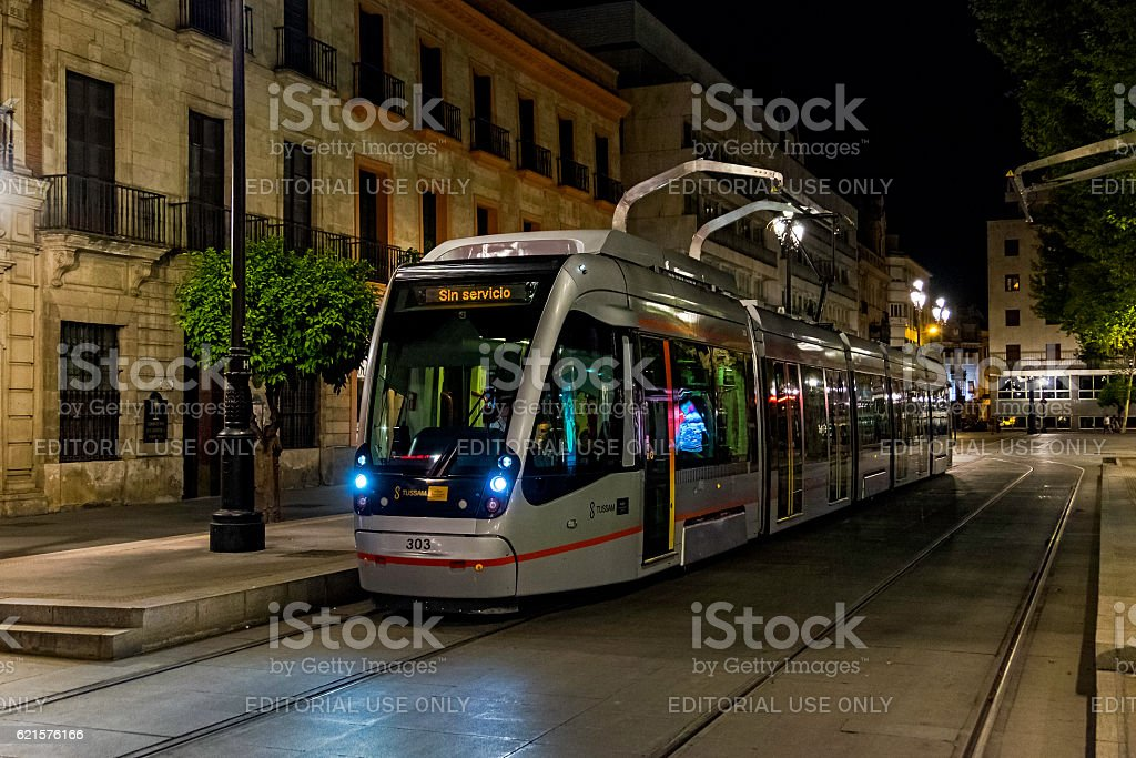 Modern tram in Seville historic town centre at night photo libre de droits