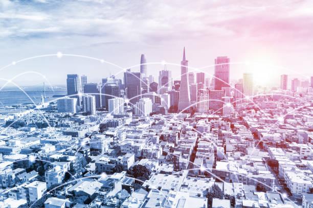 moderne urbane skyline mit digitalem hochgeschwindigkeits-daten-und internet-kommunikationsnetz - glasfaser telekommunikationsgerät stock-fotos und bilder