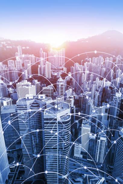 moderne urbane skyline mit hochgeschwindigkeits-daten-und internet-kommunikationsnetz - glasfaser telekommunikationsgerät stock-fotos und bilder