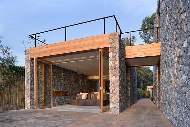 moderne vacation villa - naturstein terrasse stock-fotos und bilder