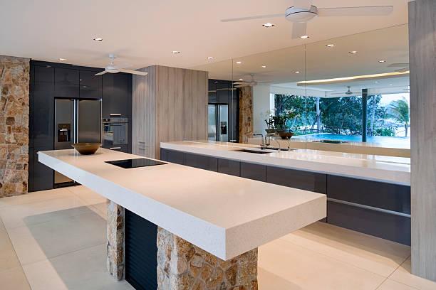 moderne villa küche - laminatschränke stock-fotos und bilder