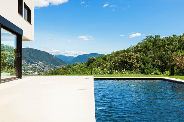 moderne villa, swimmingpool - zement terrasse stock-fotos und bilder