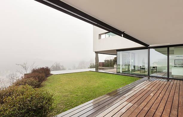 moderne villa, blick von der veranda - veranda decke stock-fotos und bilder