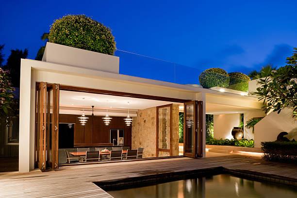 moderne villa mit pool - outdoor esszimmer stock-fotos und bilder