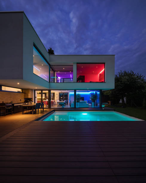 Moderne Villa mit farbigen led-leuchten in der Nacht – Foto
