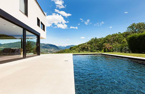 moderne villa mit pool - zement terrasse stock-fotos und bilder