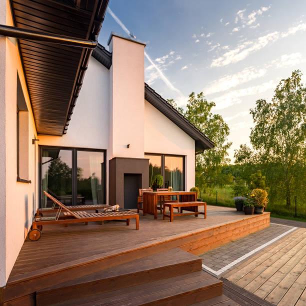 moderne villa mit terrasse - wohnzimmermöbel holz stock-fotos und bilder