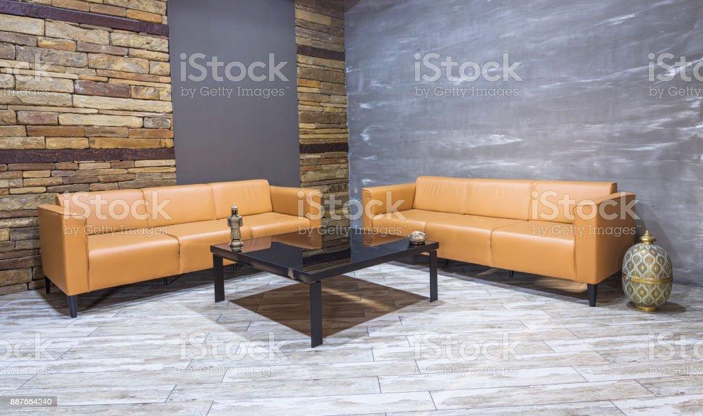 Moderne Vintage Innenraum, Wohnzimmer, Braune Ledercouch An Weißen Parkett  Bodenbelag Und Ziegel Wand.
