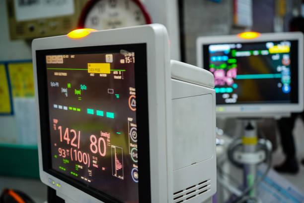 Monitor vital moderno do sinal no fundo paciente na divisão no hospital. - foto de acervo