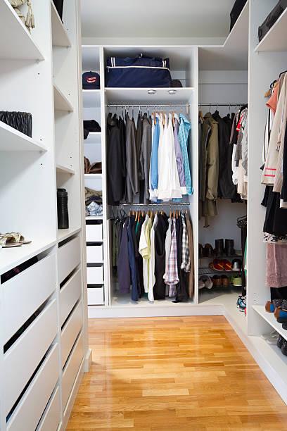 moderne begehbarer kleiderschrank vertikal - garderobe mit schuhschrank stock-fotos und bilder