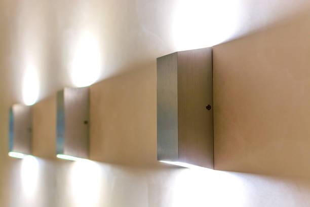 Moderne Wandleuchte an Wand. – Foto