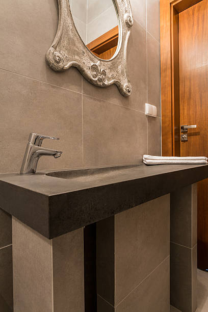 moderne waschbecken im luxus-badezimmer - badmöbel gäste wc stock-fotos und bilder