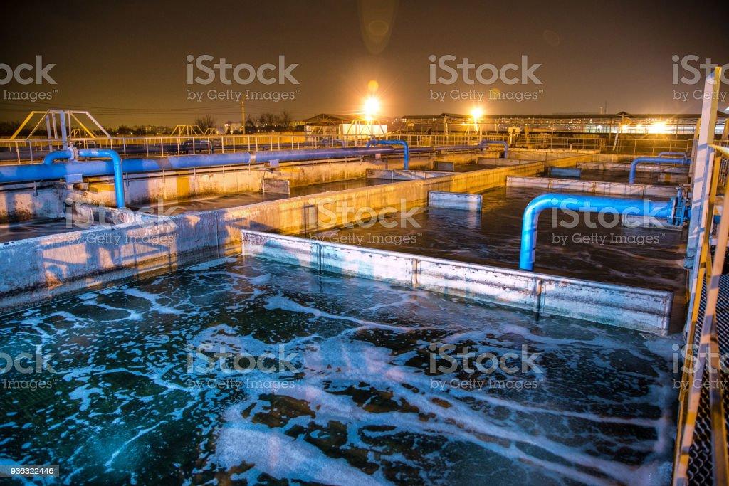 Planta de tratamiento de aguas residuales moderno de fábrica química en la noche. Tanques de purificación de agua - foto de stock