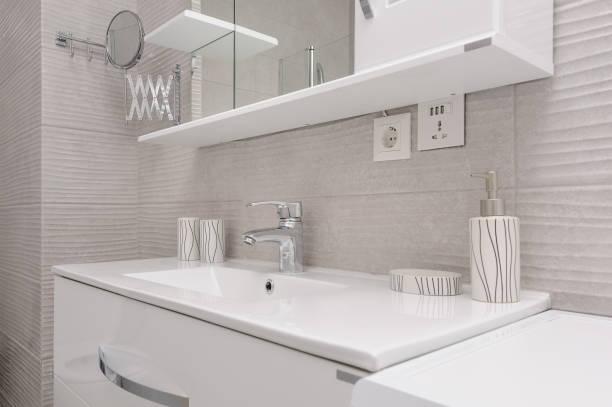 moderne weiß und kight beige bad - sanitäreinrichtung stock-fotos und bilder