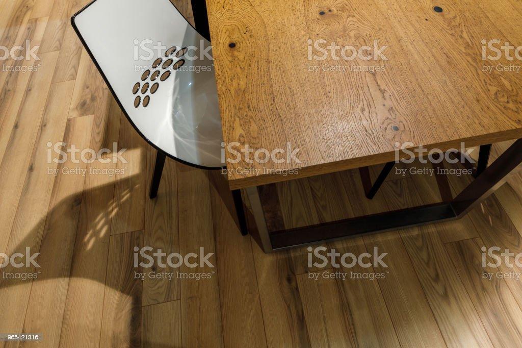 現代白色椅子由木桌 - 免版稅傢俱圖庫照片