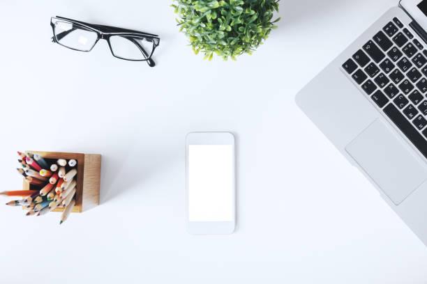 Moderne weiße Desktop mit Gegenständen – Foto