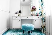 シンプルな洗面台や鏡があるモダンな白、女性楽屋