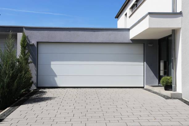modern white garage door (sectional door) - portão imagens e fotografias de stock